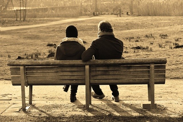 ベンチに座る人2人