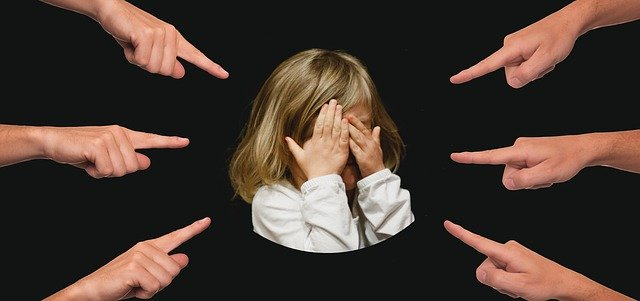 指さしでいじめられる女の子