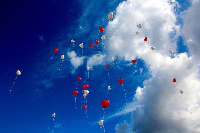 空に飛んでいく風船
