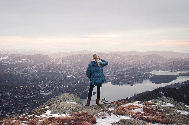 崖にいる女性