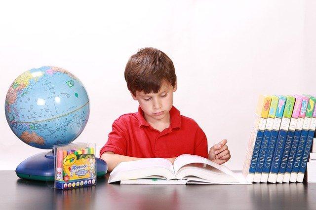 読書する少年