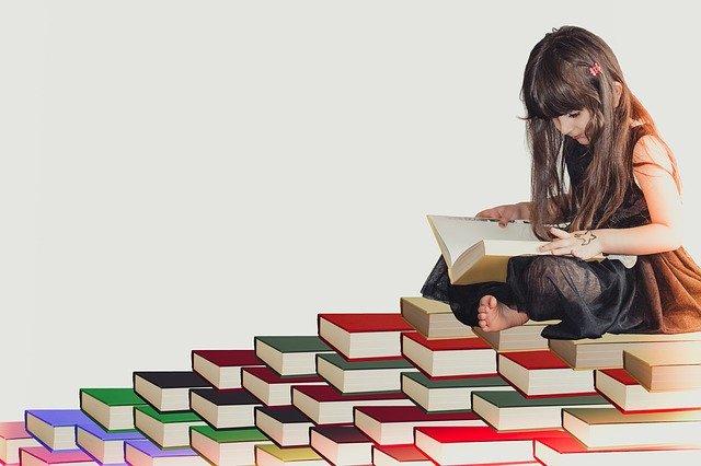 本に乗る女の子