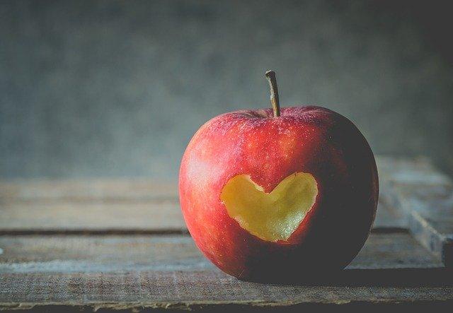ハート型に齧ったリンゴ