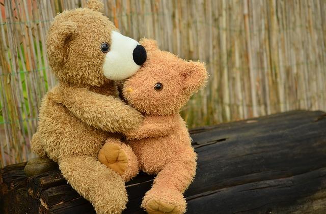 抱き合うテディベア