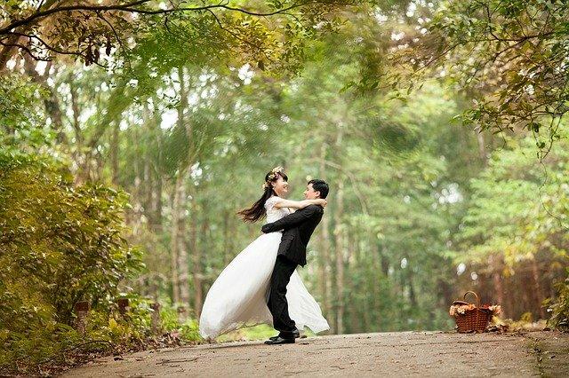 公園で抱き合う新郎新婦