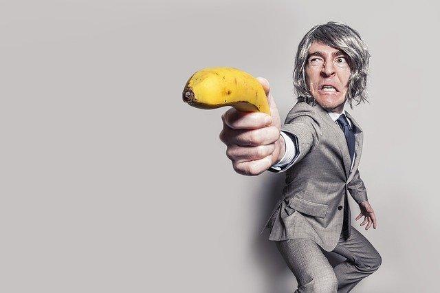 バナナをもったスーツの男性