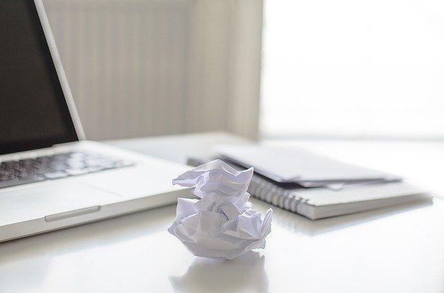 パソコンと紙くずとノート